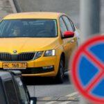 На востоке Москвы такси врезалось в отбойник