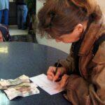 Выводить деньги из России стали только мигранты