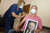 Мэр одного из аргентинских городов привился с портретом Путина в руках