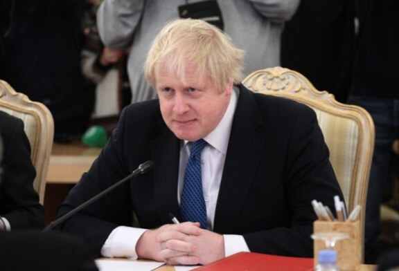 Премьера Великобритании Бориса Джонсона осудили за нежелание вводить третий локдаун