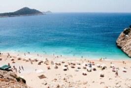 Туристы испугались жёлтых пятен в море на курорте в Турции