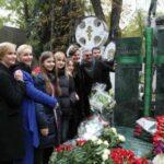 На Новодевичьем открыли памятник Олегу Табакову из гранита и стекла