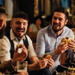 Громкие разговоры в ресторане могут увеличить риск заражения SARS-Cov-2 — исследование