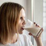 Коровье молоко в рационе кормящей матери может снизить риск аллергии у детей