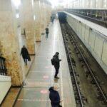 В метро Москвы женщина упала на рельсы и погибла