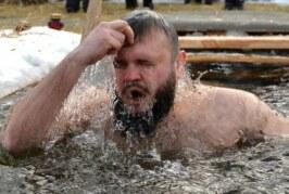 Врач посоветовал воздержаться от Крещенских купаний привитым от COVID-19